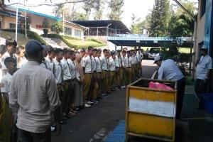 Pengarahan sebelum masuk ruang industri PT. Yanmar Pasuruan