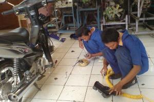 membersihkan komponen mesin